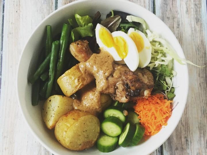 Drumsticks met aardappelen, groenten en satésaus
