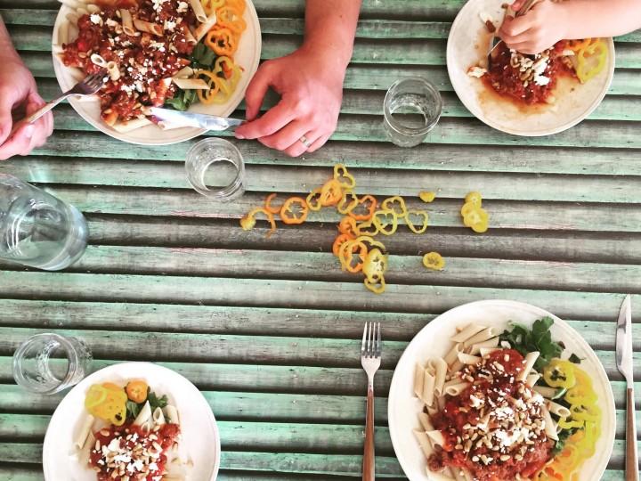 Snelle pasta met tomaat, paprika en feta