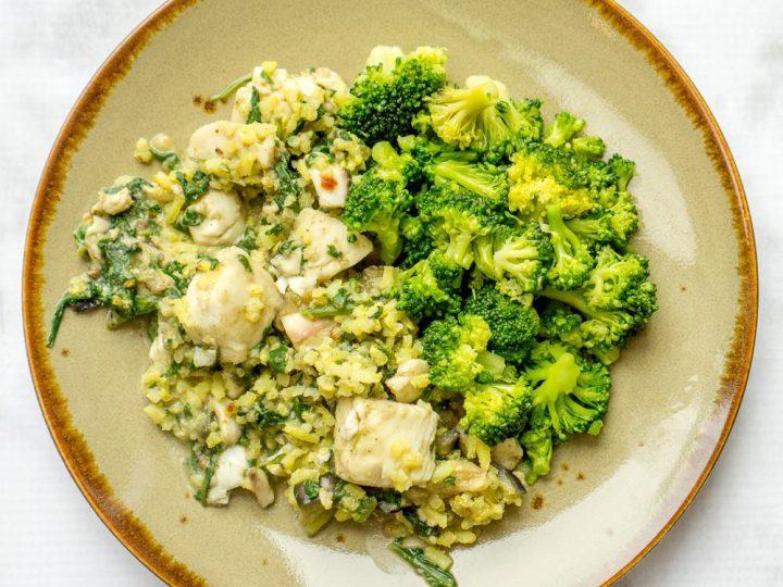 Gele rijst met broccoli, witvis en aubergine