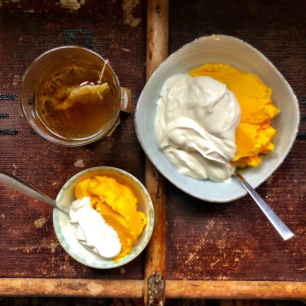 Frozen mango met yoghurt als ontbijt