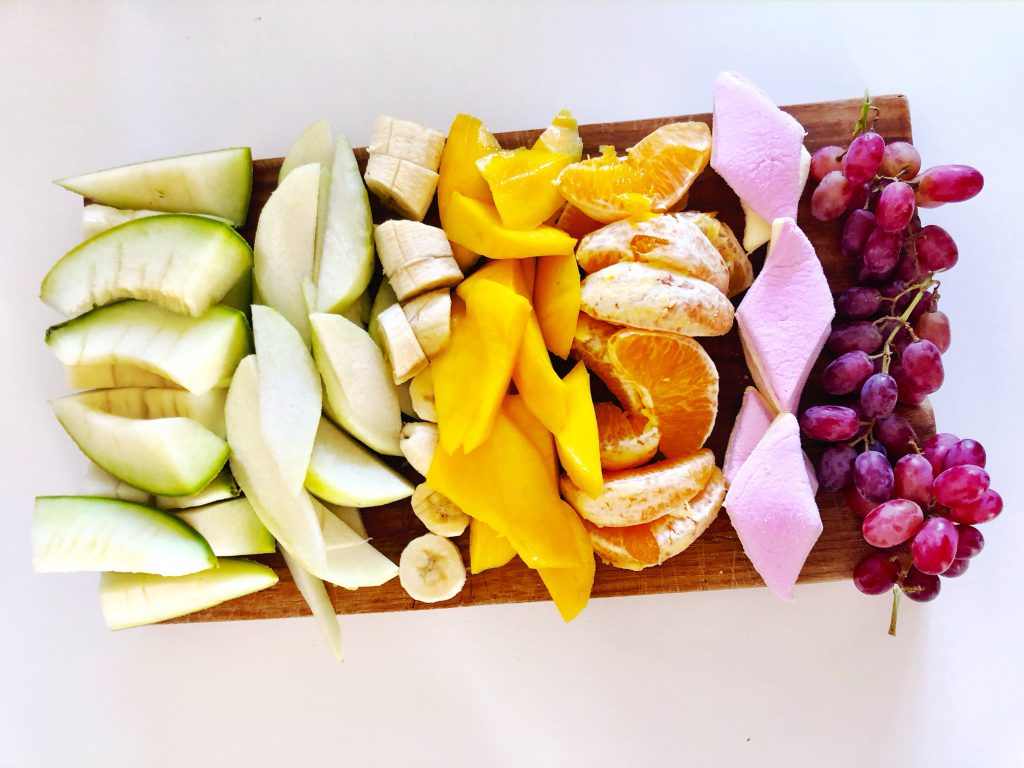 Regenboog fruitbord maken voor het oefenen van snijden en schillen