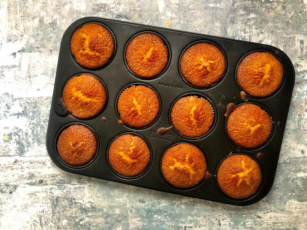 Simpele vanille cakejes maken met een peuter